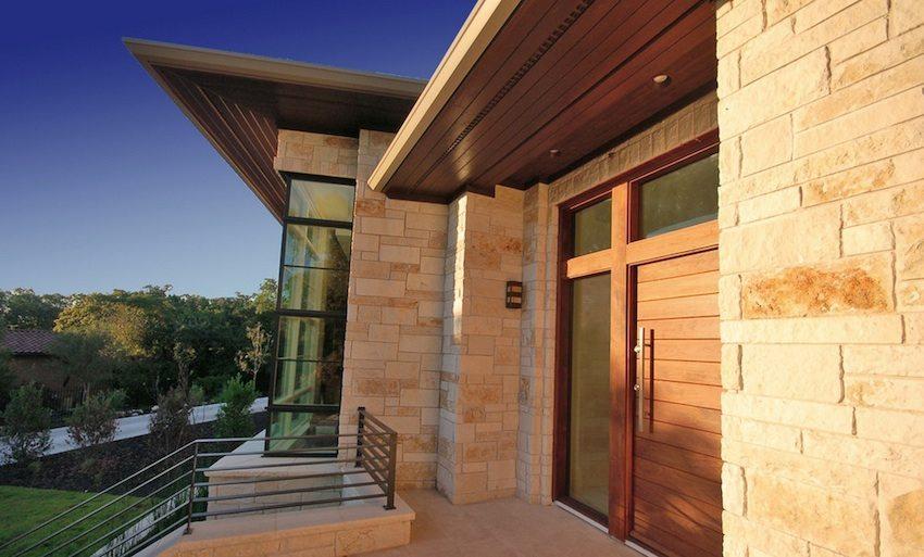 Фасадные панели проще смонтировать и они гораздо легче по весу, чем натуральный камень, который они имитируют