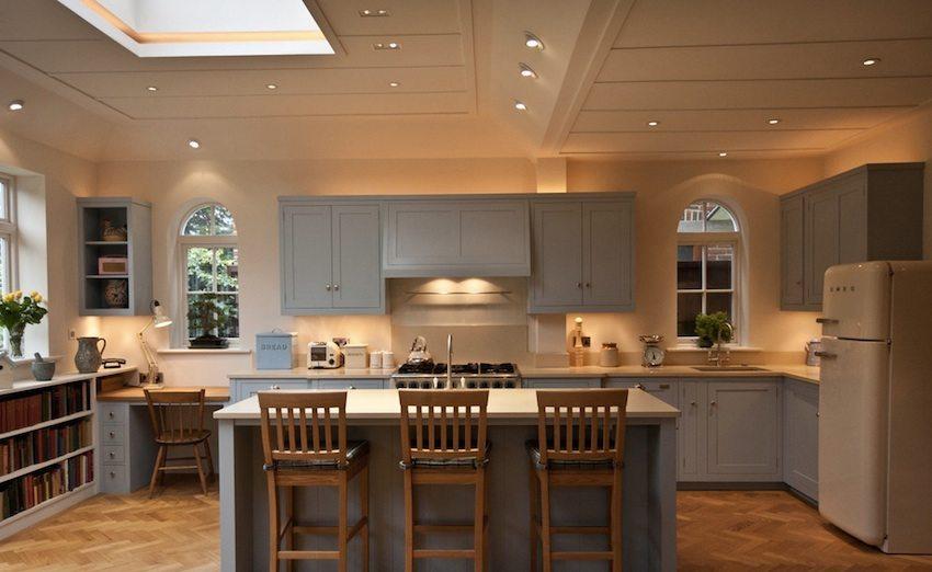 LED светильники на потолке в кухне