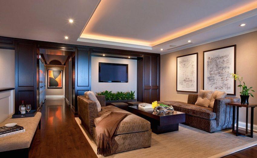 Прекрасное сочетание рассеянного и точечного освещения гостиной
