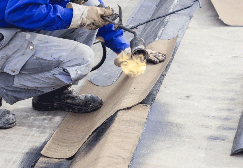 Процесс монтажа битумного покрытия на крышу