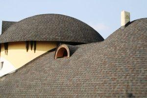 Гибкой черепицей без труда можно укрыть сложные округлые формы крыш