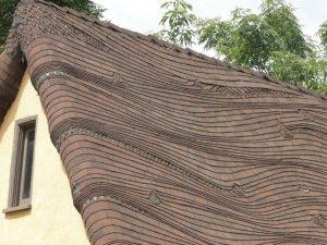 Из листов мягкой черепицы можно создавать интересные формы и волнистые поверхности
