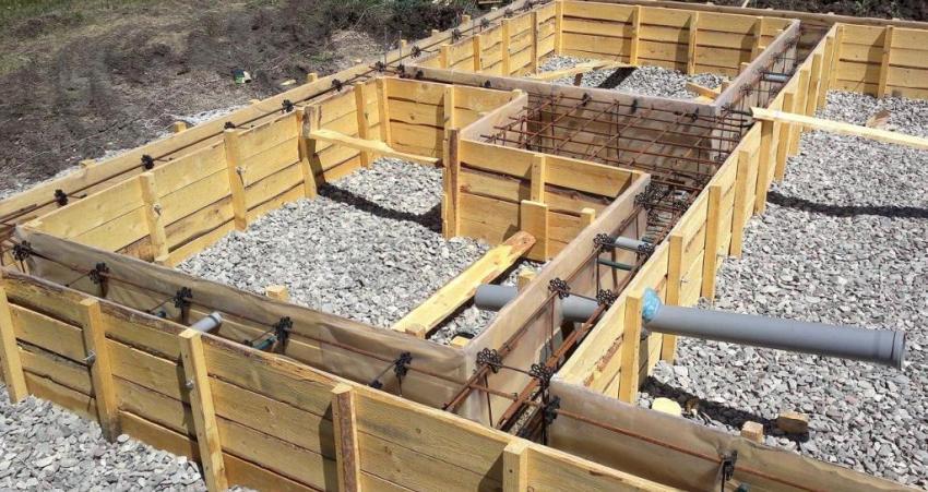 Для строительства ленточного фундамента используется деревянная опалубка, стальные конструкции, цемент