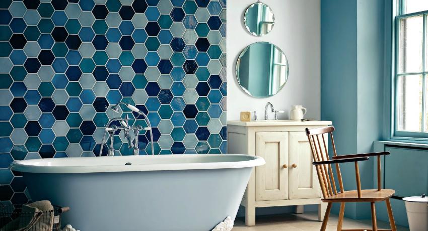 Использование глянцевой плитки в ванной комнате визуально расширяет пространство