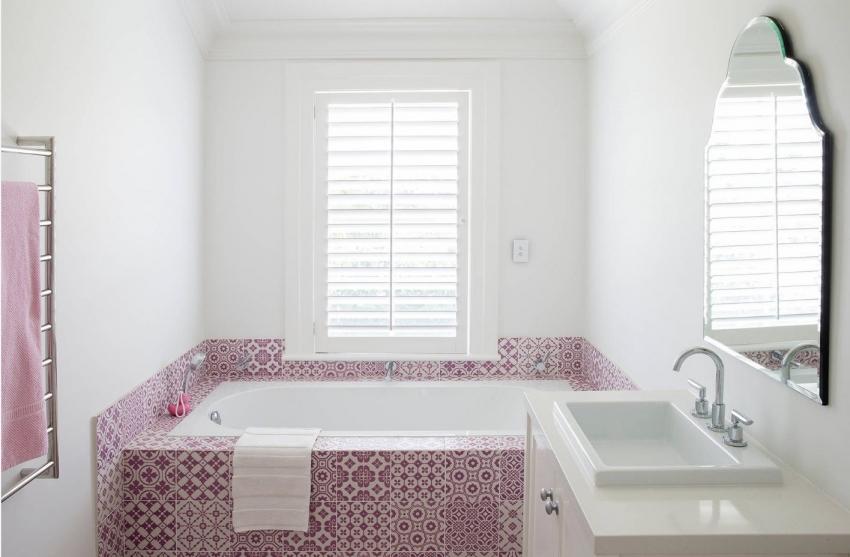 Пример отделки ванной комнаты в стиле печворк с использованием однотонной узорчатой плитки