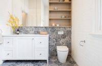 При использовании плитки с повторяющимся геометрическим рисунком, перед покупкой следует внимательно просчитать количество необходимого материала, для того чтобы избежать непривлекательных обрезков возле стены или потолка
