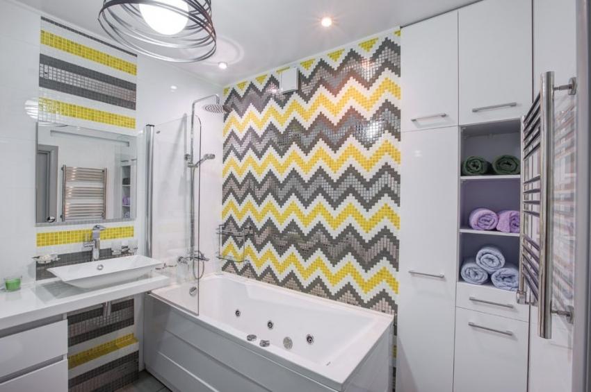 Использование четко выраженных геометрических форм, созданных с помощью плитки мозаики, приемлемо для оформления не всего помещения ванной, а для акцентирования одной из стен или выделения арок, зеркал или ниш