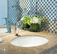 Зеркальную плитку можно использовать частично. что позволит подчеркнуть основной цвет оформления и расширить небольшое помещение