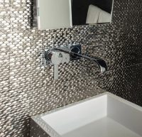 Зеркальная плитка может иметь разный цвет и фактуру, поэтому можно использовать именно такой тип материала для оформления акцентной стены в ванной