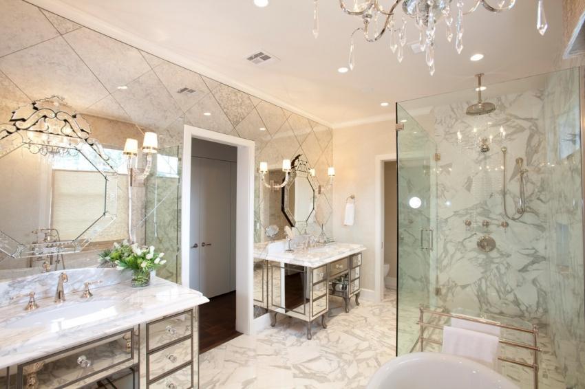 """Зеркальную плитку необходимо комбинировать с другими материалами, чтобы не создать эффект """"клетки"""" в помещении комнаты"""