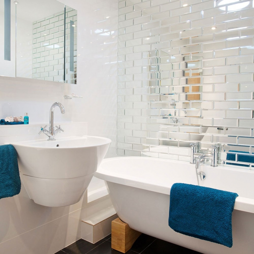 С помощью зеркальной плитки можно визуально расширить помещение ванной комнаты