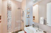 Пример частичного использования зеркальной плитки в душевой кабине ванной комнаты