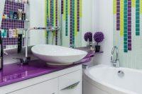 С помощью плитки в виде мозаики можно создать уникальный рисунок на стене ванной комнаты