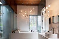 Красоту глянцевой плитки в интерьере можно подчеркнуть с помощью оригинальных световых решений