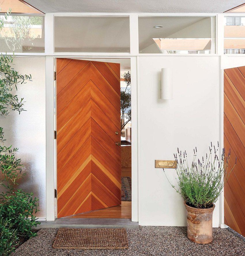 Металлическая входная дверь с накладкой из деревянного щита