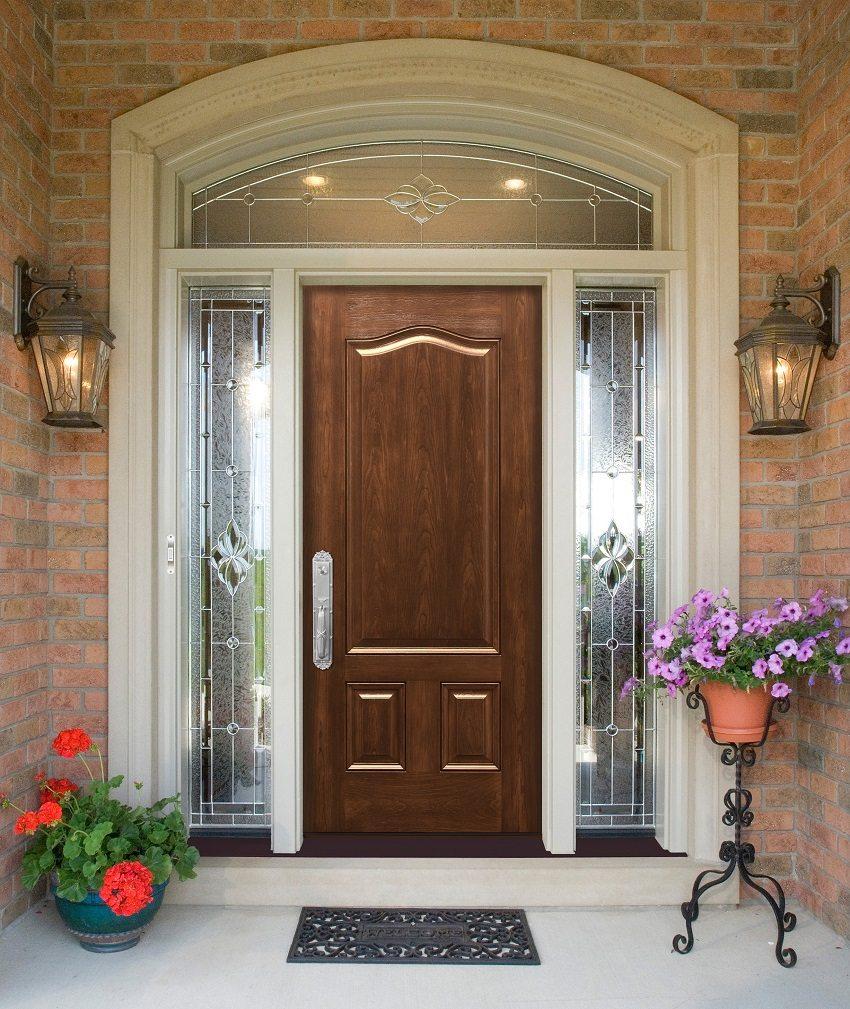 Деревянная входная дверь красиво сочетается с витражными вставками