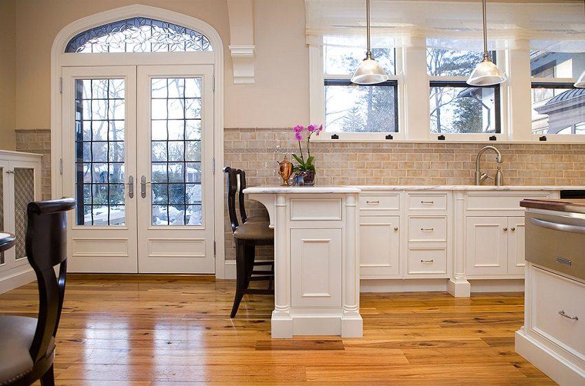 Стеклянные вставки в дверях добавят света и расширят внутреннее пространство дома