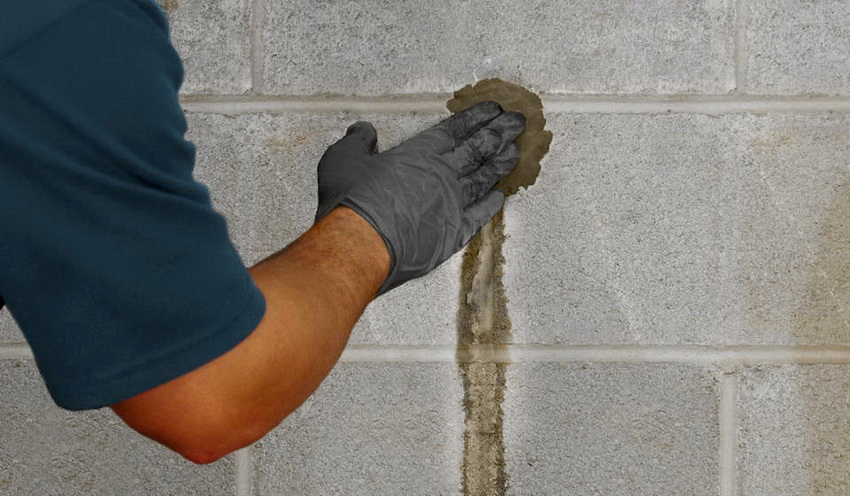 Гидроизоляция стен проводится путем заделывания трещин через которые может проникать вода