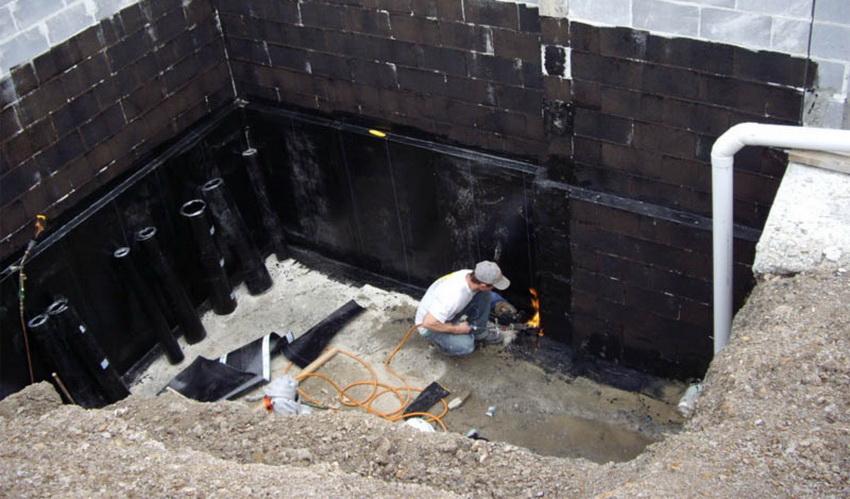 Одним из самых надежных способов гидроизоляции является использование материалов на основе битума