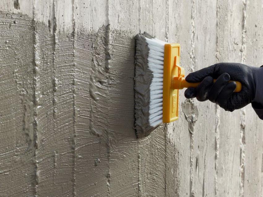 Нанесение гидроизоляционной смеси на стену подвала нужно осуществлять на очищенную и загрунтованную поверхность