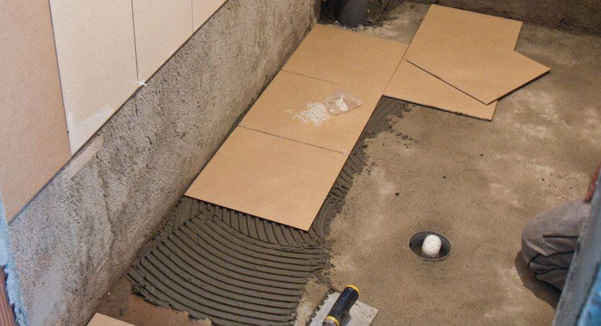 Поверх гидроизоляции делается стяжка и только потом укладывается плитка