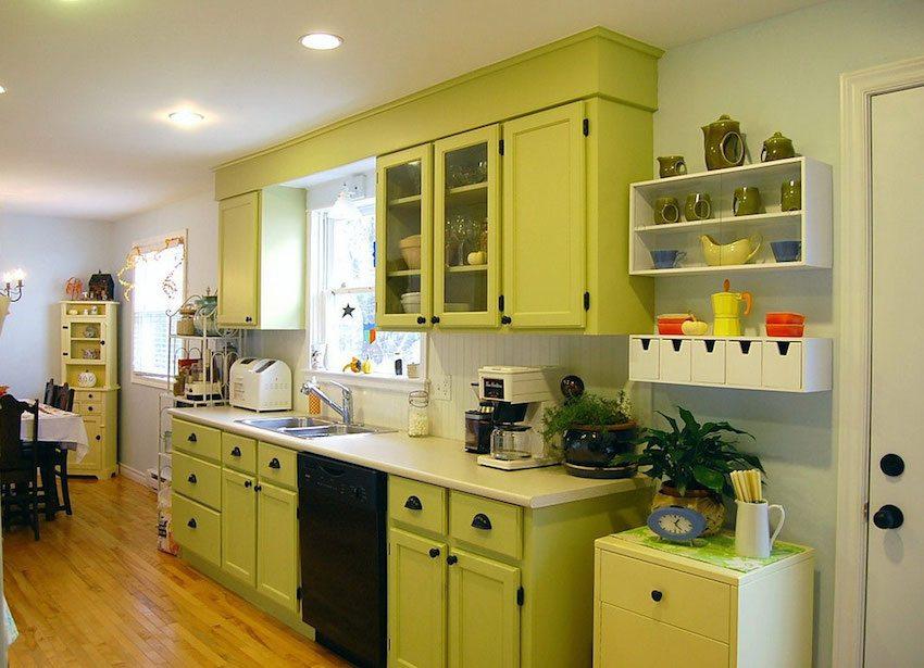 Крупные LED светильники на потолке кухни