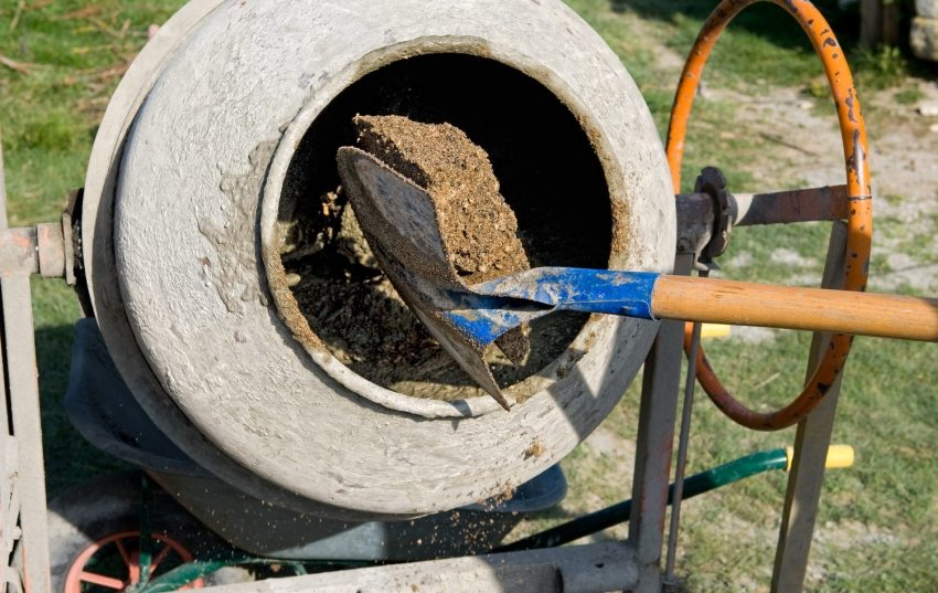Шаг 5: Приготовление цементного раствора для ленточного фундамента с помощью бетономешалки