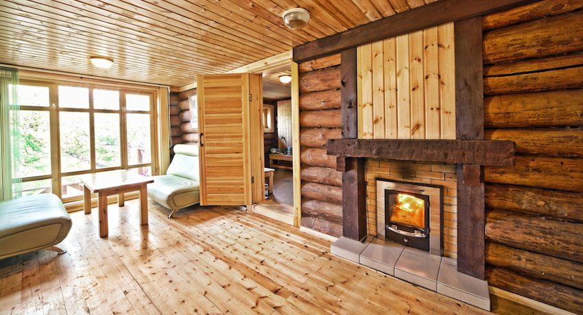 Интерьер бани с просторной комнатой отдыха
