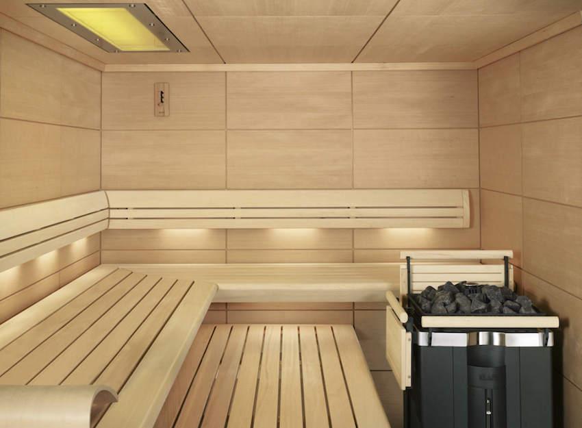 От металлической печи необходимо обезопасить себя деревянными панелями во избежание ожогов