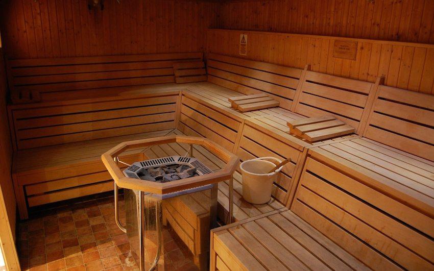 Пол в бане может быть выполнен из нескользкой кафельной плитки