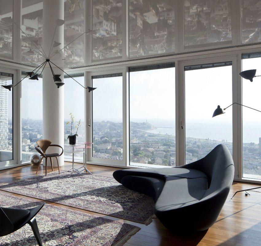 В глянцевом натяжном потолке красиво отражается вид из окна