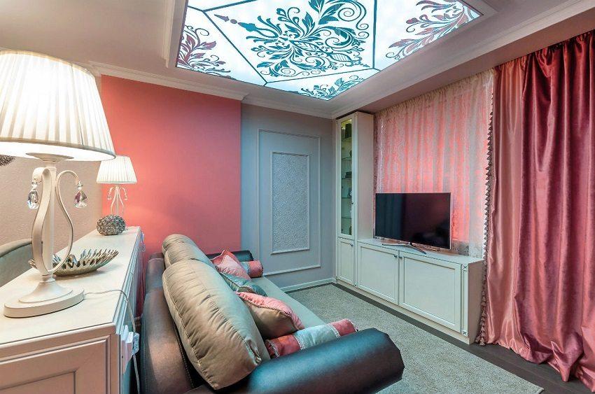 Комната с натяжным потолком в будуарном стиле