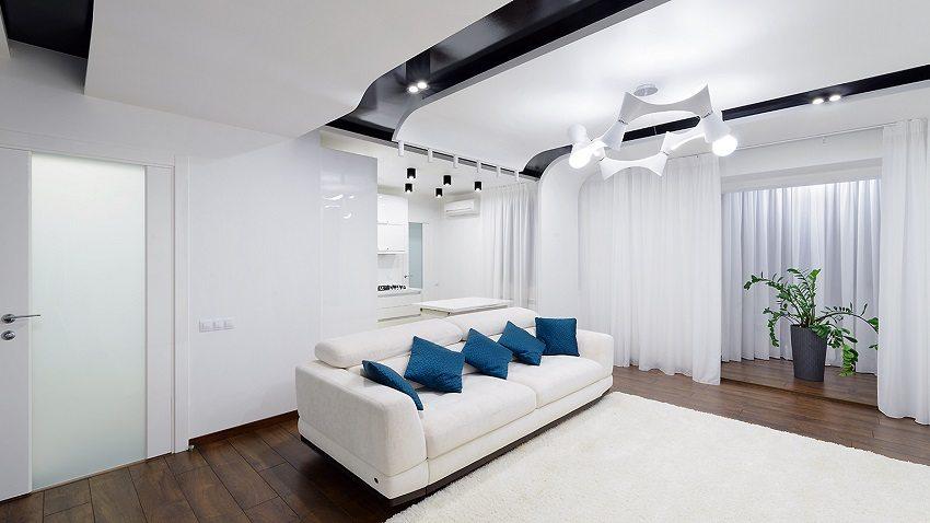Двухуровневая конструкция потолка из ПВХ-пленки и листов гипсокартона