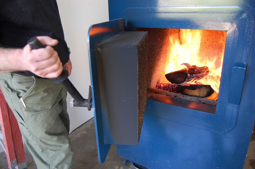 Твердотопливный котел необходимо периодически заполнять топливом - дровами, углем, торфом или специальными гранулами