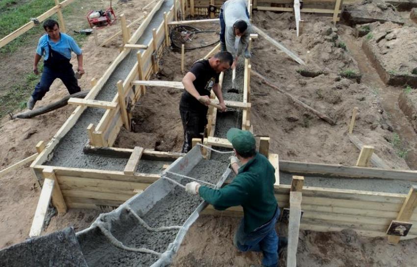Шаг 7: Заливка приготовленного бетона в траншею для ленточного фундамента