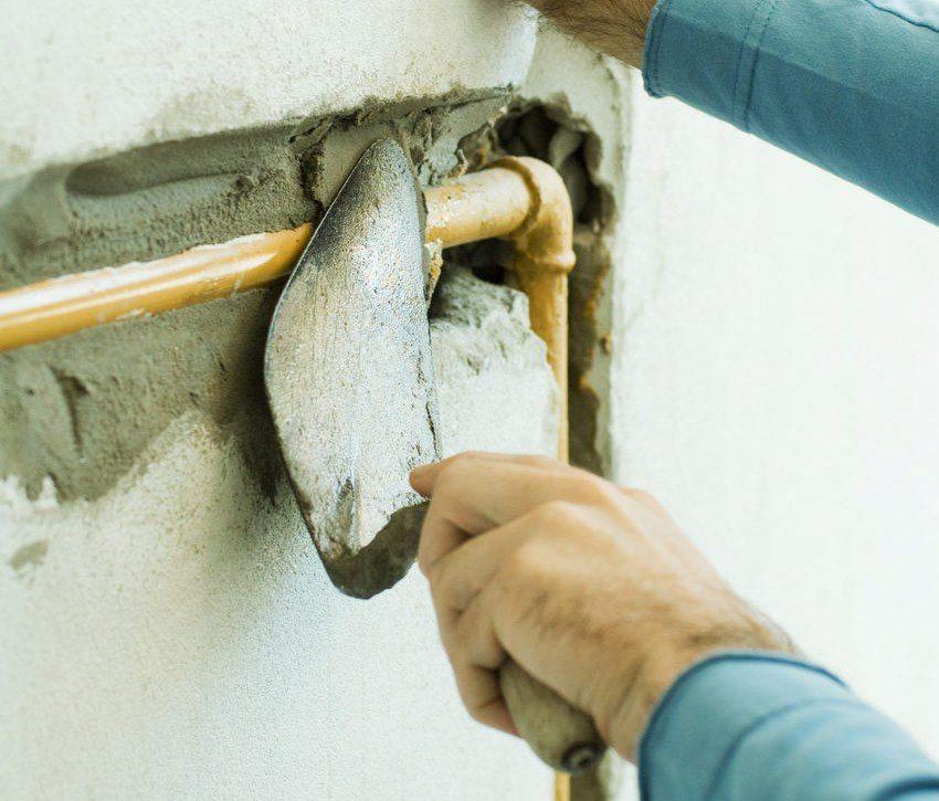 Универсальные шпаклевки успешно применяются в тех местах, где стыкуются различные материалы. Например, при заделке труб в стене