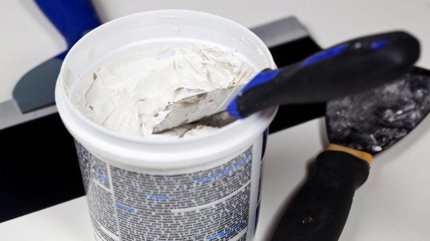 Готовая шпаклевочная смесь выгодна тем, что готова к применению сразу же после открытия упаковки