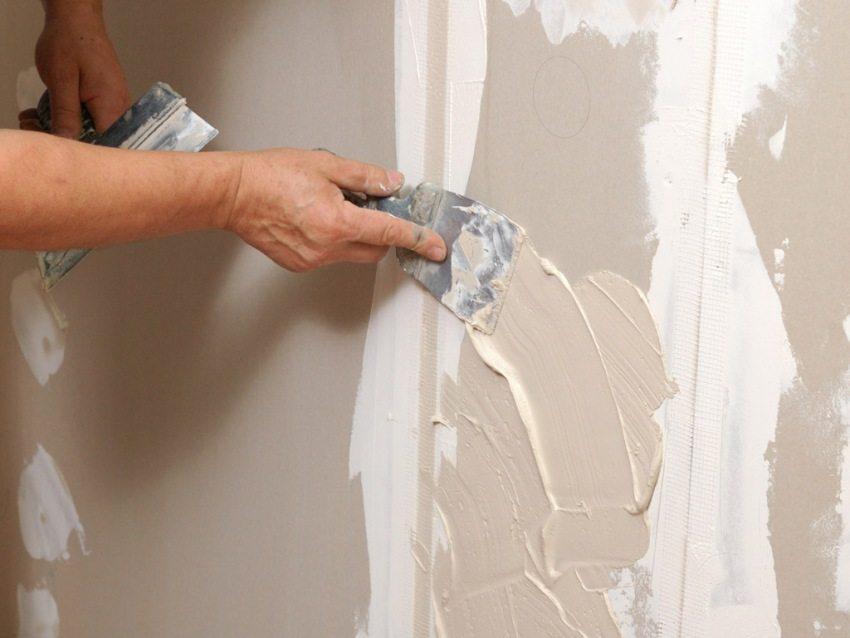Для шпатлевания стен из гипсокартона используются специальные пластичные шпаклевки, которые с легкостью проникают вглубь швов и трещин