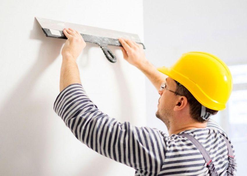 После нанесения финишной шпатлевки и ее затирки можно приступать к оклеиванию стен обоями
