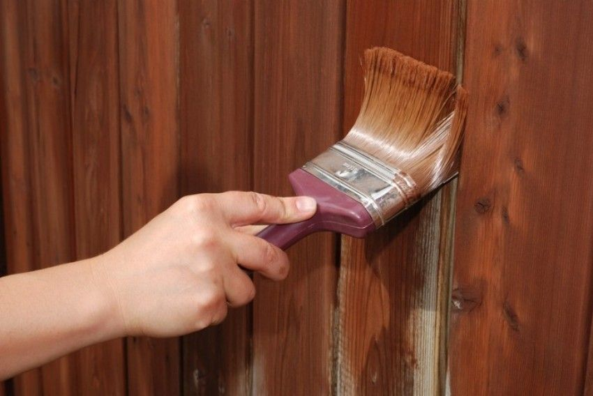 Перед шпаклеванием деревянную поверхность рекомендуется обработать антигрибковой водоотталкивающей грунтовкой