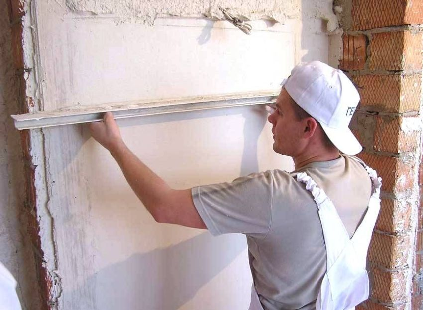 Для шпаклевания кирпичной стены, так же как и для ее оштукатуривания, используются строительные маяки и правило