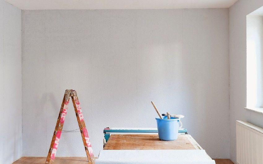 Использование грунтовки с кварцевой примесью придает прошпаклеванным бетонным стенам необходимую шероховатость