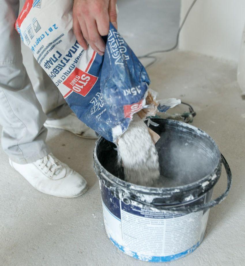 Сухую шпаклевочную смесь смешивают с водой, согласно указанной на упаковке инструкции