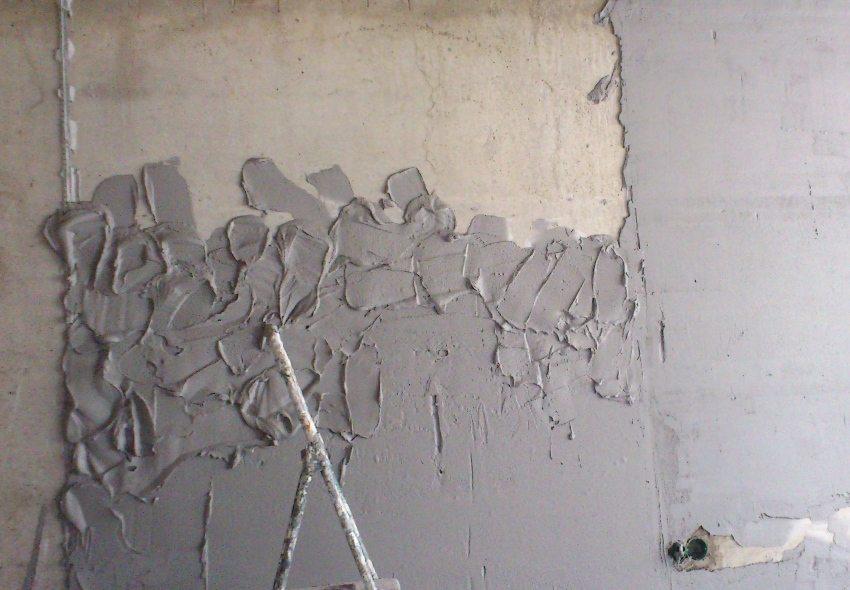 Цементный раствор сначала накидывается на стену с помощью мастерка, затем смесь равномерно распределяется правилом