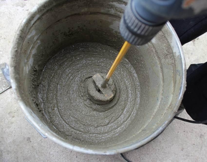 Сухую штукатурную смесь добавляют в воду и смешивают с помощью строительного миксера