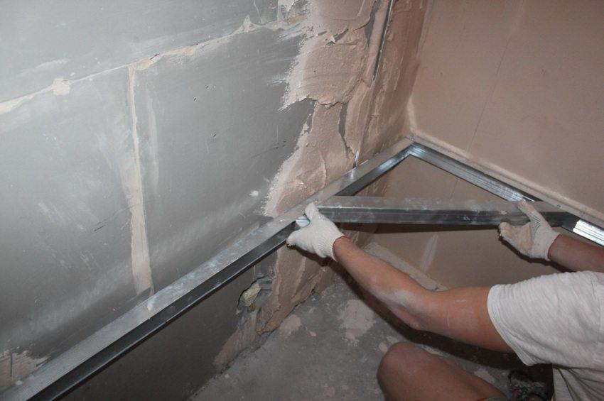 Один из сложных процессов в оштукатуривании стен своими руками - оформление внутренних углов. Чтобы облегчить задачу - можно воспользоваться самодельным угловым уровнем из строительного профиля