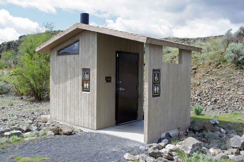 Цвет деревянного туалета может гармонировать с окружающим ландшафтом