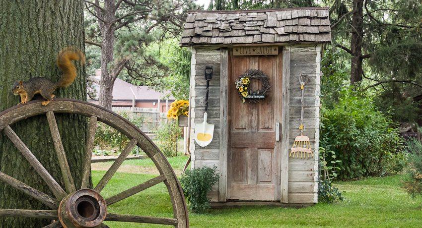 Туалет на даче может выглядеть очень оригинально