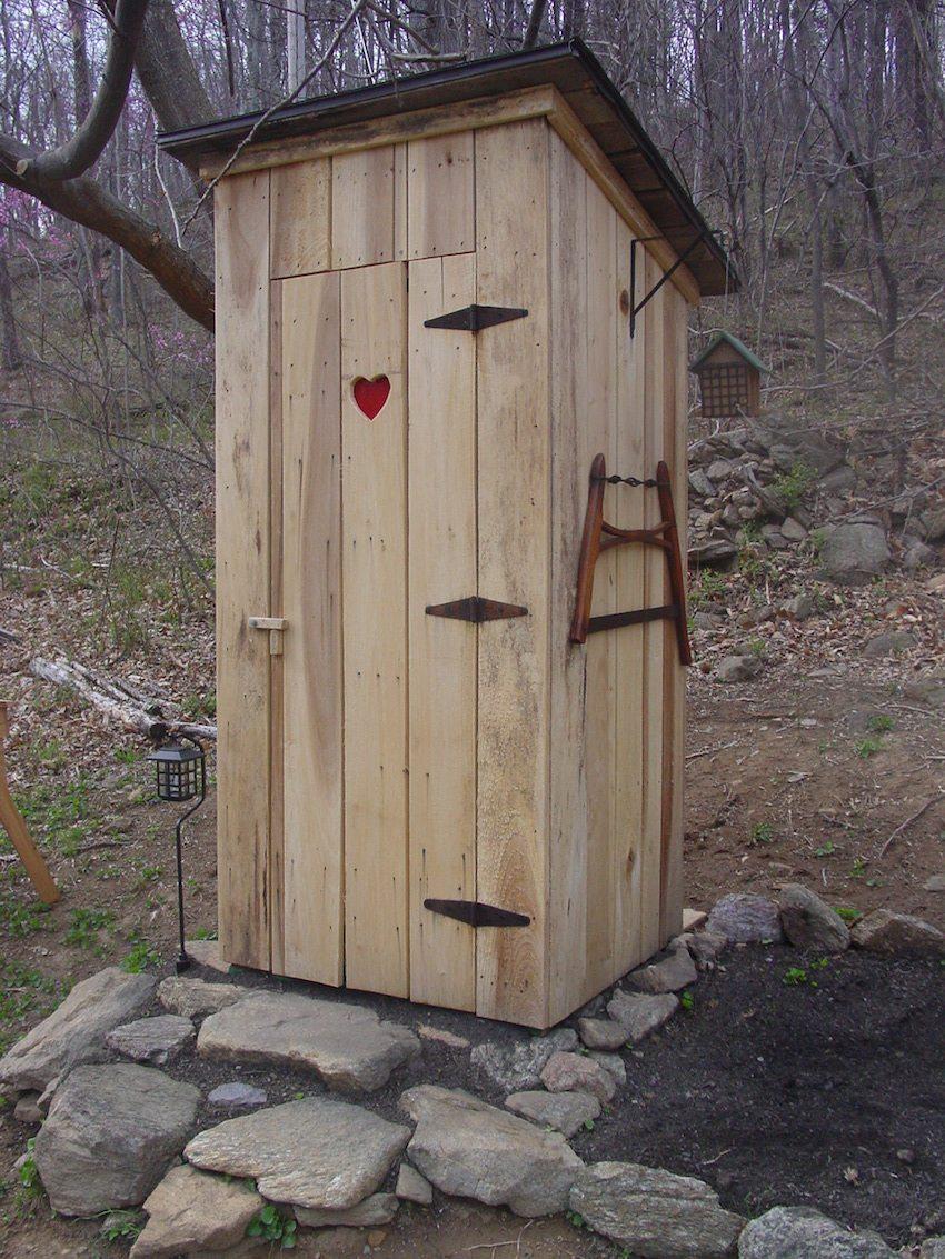 Деревянный туалет на даче с односкатной крышей