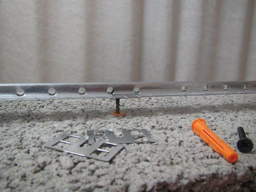 Использование алюминиевых маяков для стяжки поможет добиться строго горизонтальной поверхности пола